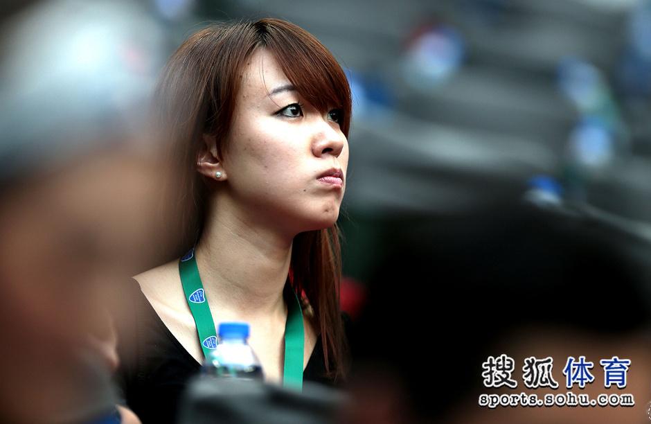 高清:上海赛可爱小女孩看台卖萌