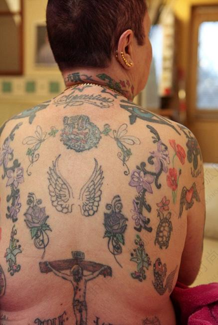 希拉最喜欢的纹身就是她最喜欢的摇滚明星——滚石乐队主唱米克&#8226
