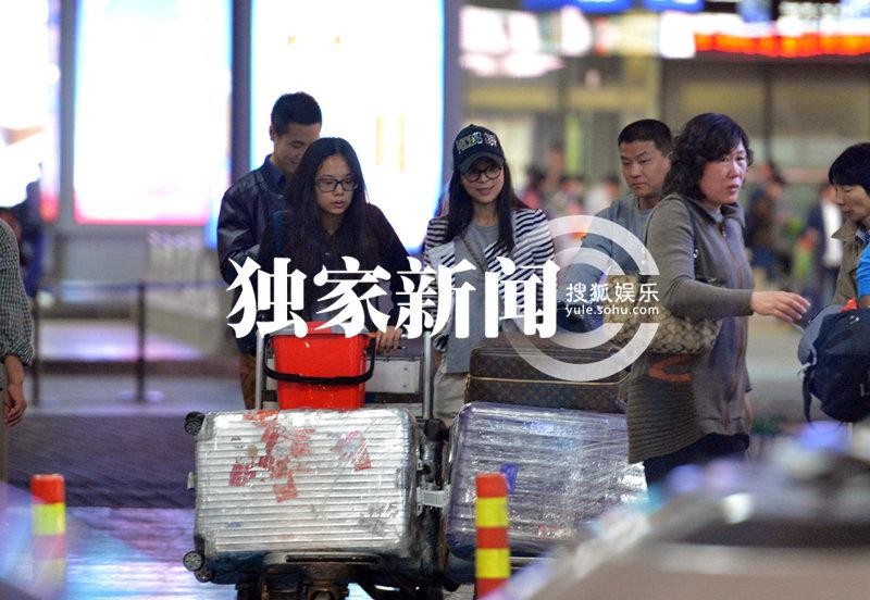 的邻家女孩一样,与她一同回京的除助理外,还有一位短发朴实的高清图片