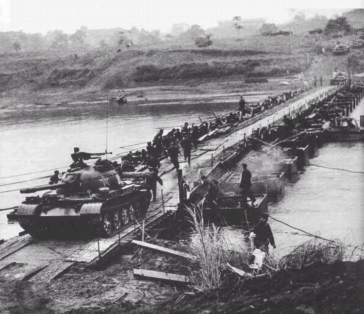 中越战争真实镜头我军坦克在对越反击中真实镜头.昆明军...