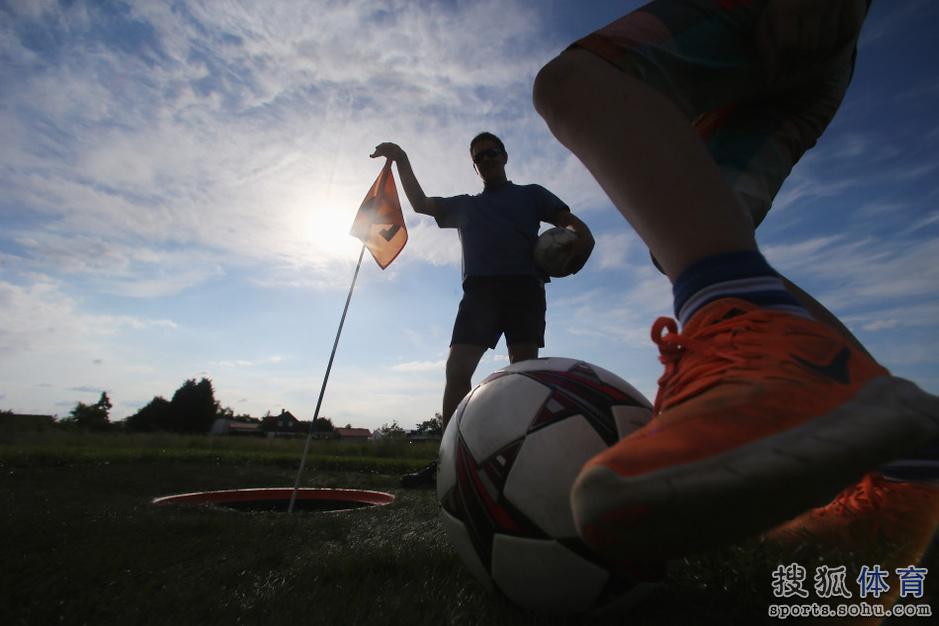 组图:足球高尔夫悄然兴起 世界杯赛前球场过瘾