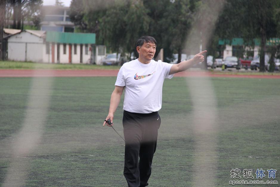 高清:男篮练力量刘晓宇咬牙 周琦短跑脚底生风