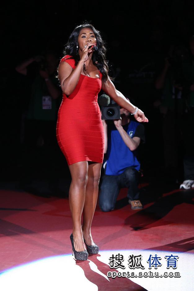 法国女歌星献唱世乒赛 酥胸半露引人遐想