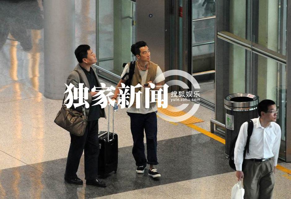 独家:蒋雯丽黄轩绯闻后首现身 同在北京不见面