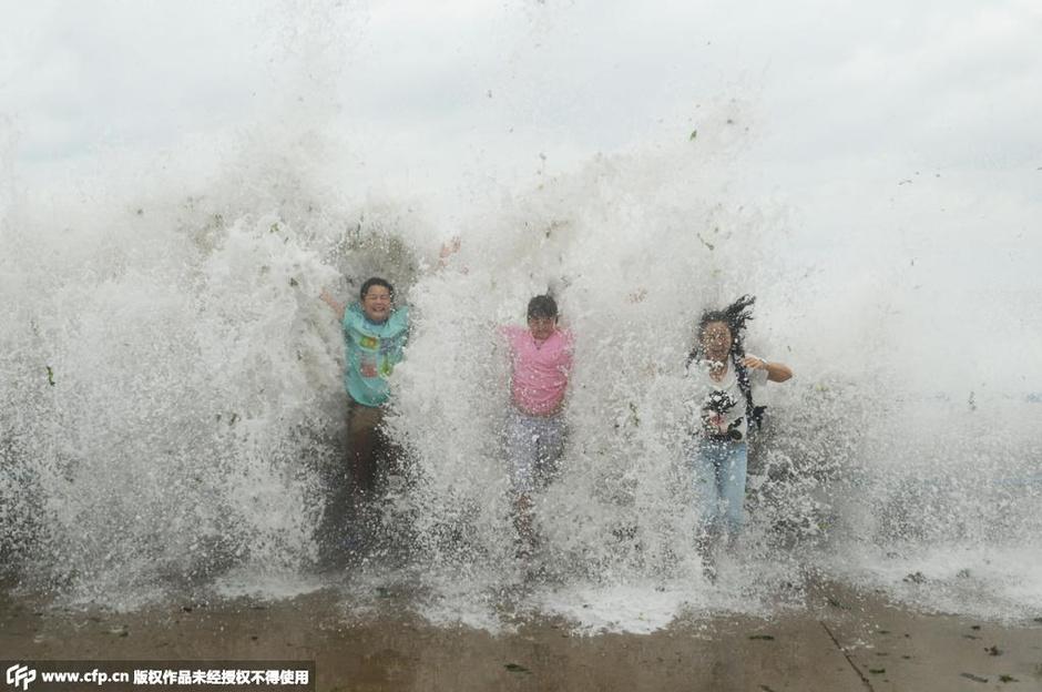 """台风""""灿鸿""""侵扰山东 游客冒险观巨浪2015.7.13 - fpdlgswmx - fpdlgswmx的博客"""