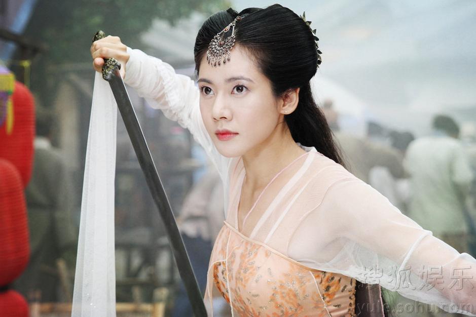 秋瓷炫惊艳 搜狐娱乐讯 近日,古装神话传奇剧《狐仙