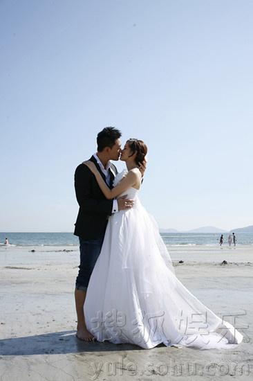 《诡婴吉咪》曝唯美婚纱照 林峰盛君海边拥吻