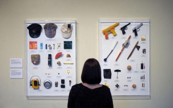 据英国《每日邮报》报道,英国一名美术老师将自己工作30年来没收的违规玩具在童年博物馆(V&A Museum of Childhood)分类展出,其中包括大量逼真的玩具枪、流星锤、弹弓等武器,以及一些纪念品。这些物品从一个侧面展示了孩子们在学校不专心的原因。   这位老师名叫盖伊塔兰特,他同时也是一位艺术家。这些没收的玩具既有用笔筒做成的豌豆射手、玩具手枪、自制小导弹,又有饰品、化妆品和小工具。盖伊自从当上老师后,就专门与贪玩和叛逆的孩子们打交道。这些展品大部分来自于被开除和留校查看的学生。有助于人们了