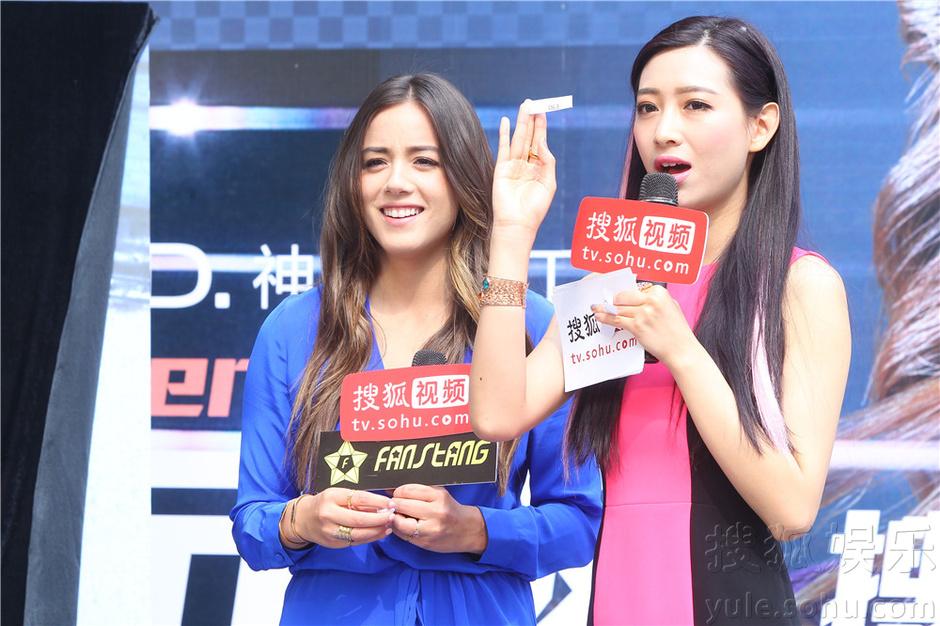 搜狐视频_《神盾》汪可盈访搜狐 性感蓝裙和男粉丝拥抱