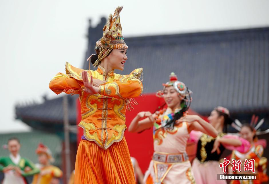 [转发]北京天坛祈年殿前歌舞表演庆祝国庆65周年 - yfdgad - yfdgad的博客