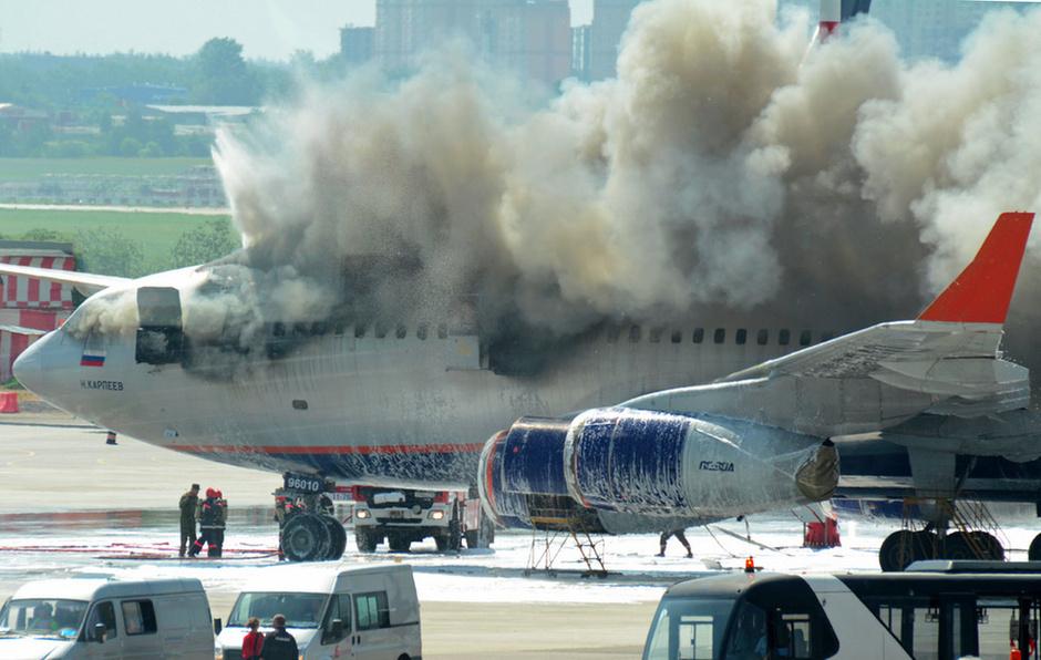 俄罗斯一客机起火被烧毁图片