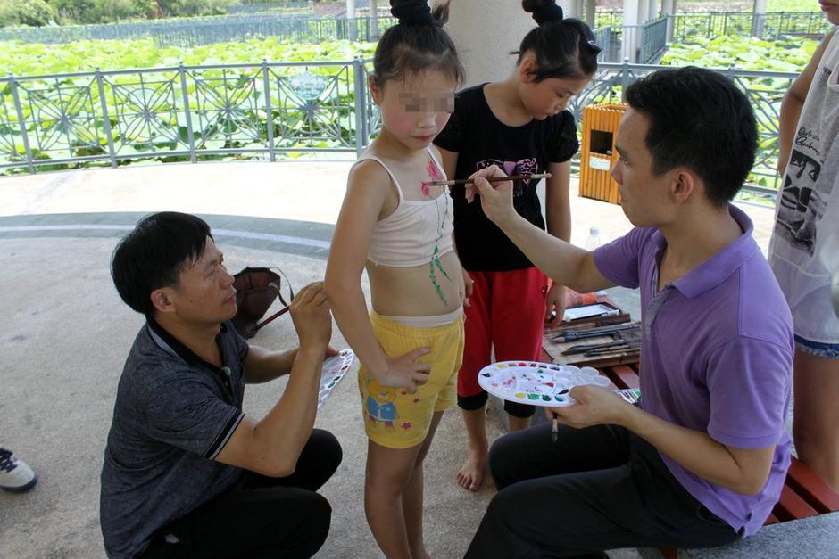 广东景区幼女身上绘荷花引争议 用儿童人体彩绘不合适(组图)