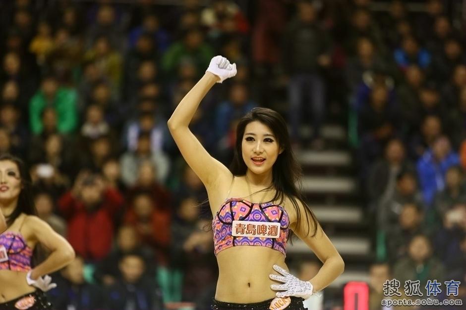 组图:辽宁篮球宝贝热舞助阵 性感美女活泼可爱