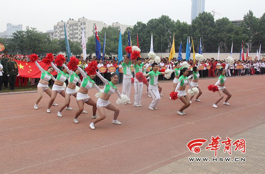 陕西大学生运动会开幕式 女生穿比基尼表演66
