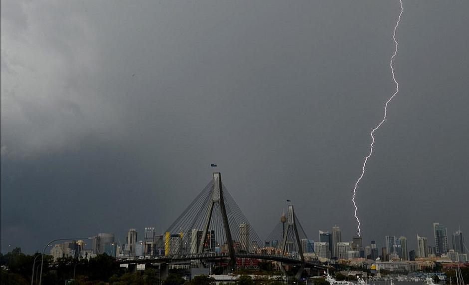 澳洲城市遭10万多道闪电击中 场面壮观 - 梅 - 梅的博客