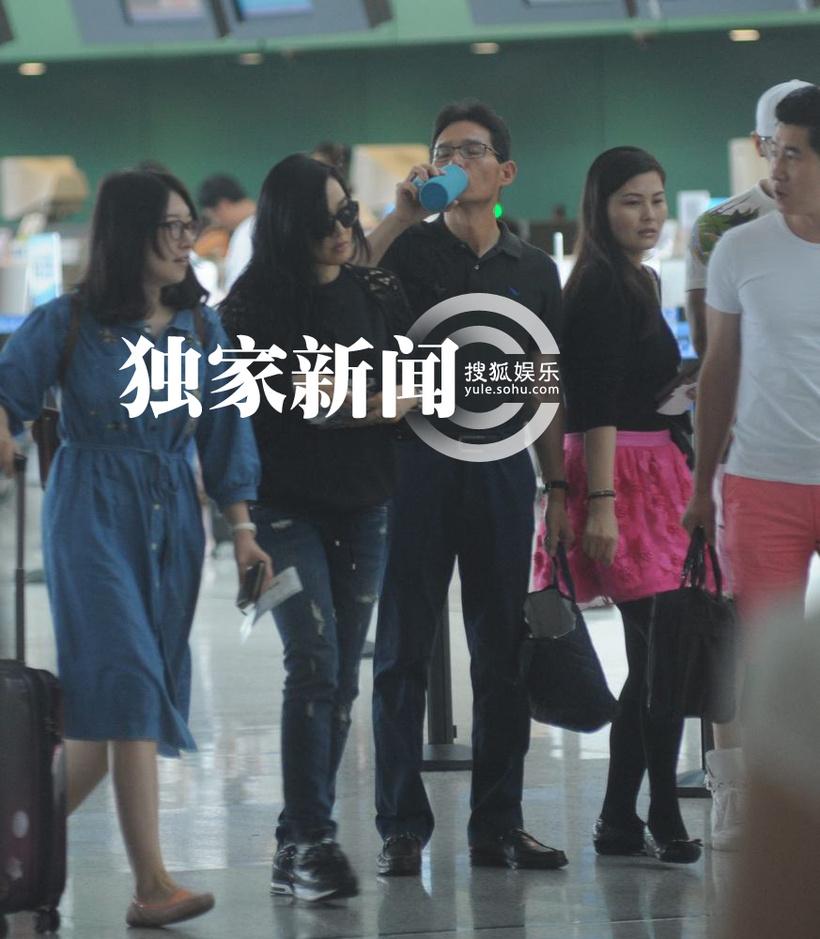 独家:钟丽缇与张伦硕现身机场