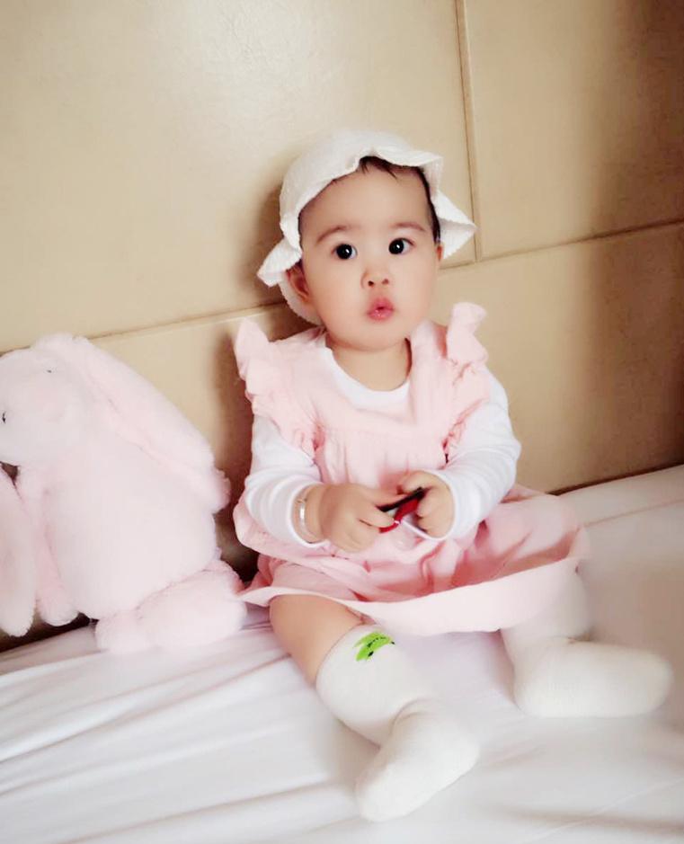 眼睛大大的饺子打扮似小公主,呆萌的样子甚是可爱.