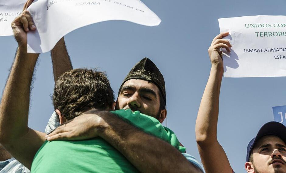 西班牙穆斯林集体礼拜 悼念恐袭遇难者9118332
