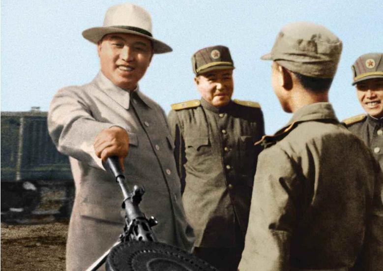 1945年,从苏联乘坐军舰返回朝鲜北部,1948年9月9日,金日成在苏联的支持下建立了朝鲜民主主义人民共和国,并被选为朝鲜劳动党的委员长和内阁首相,成为朝鲜最高领导人,任共和国主席、国防委员会委员长、人民军最高司令官。图为1951年4月,金日成和战斗英雄谈话。