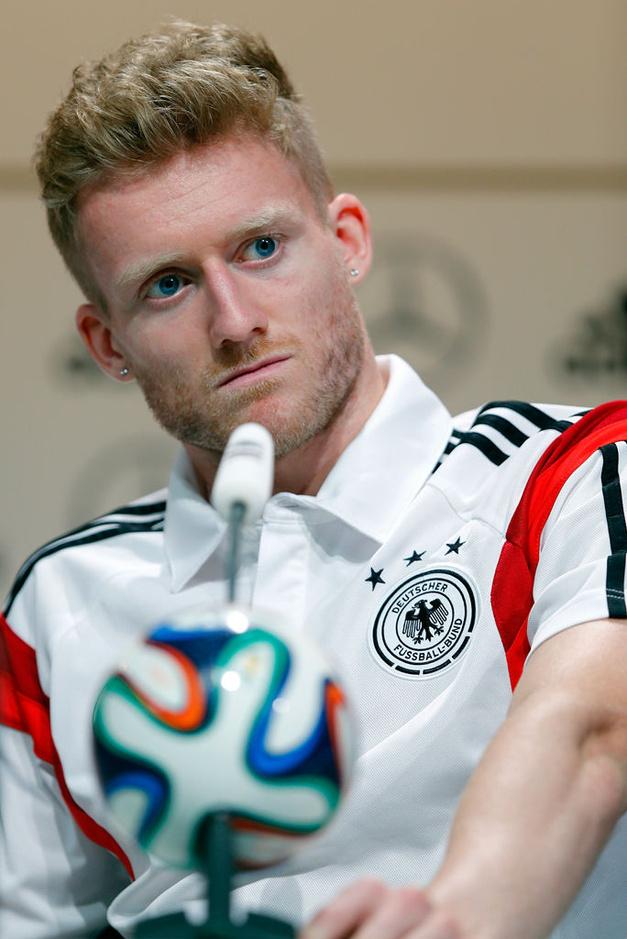 德国穆勒摔倒_高清图:德国队训练穆勒笑得倒地 勒夫顶球炫技