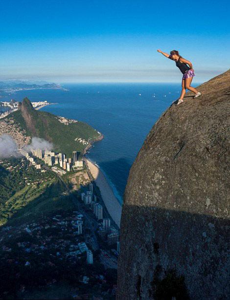 巴西800米高悬崖边游人惊险自拍图片