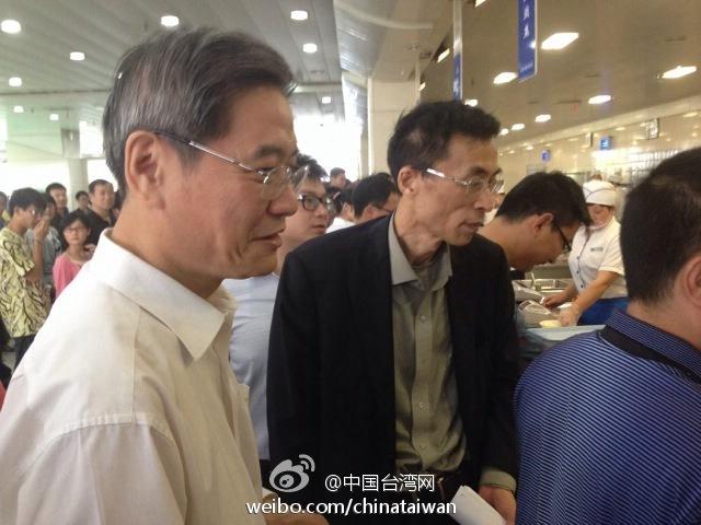 国台办主任与台湾学生一同打饭餐叙