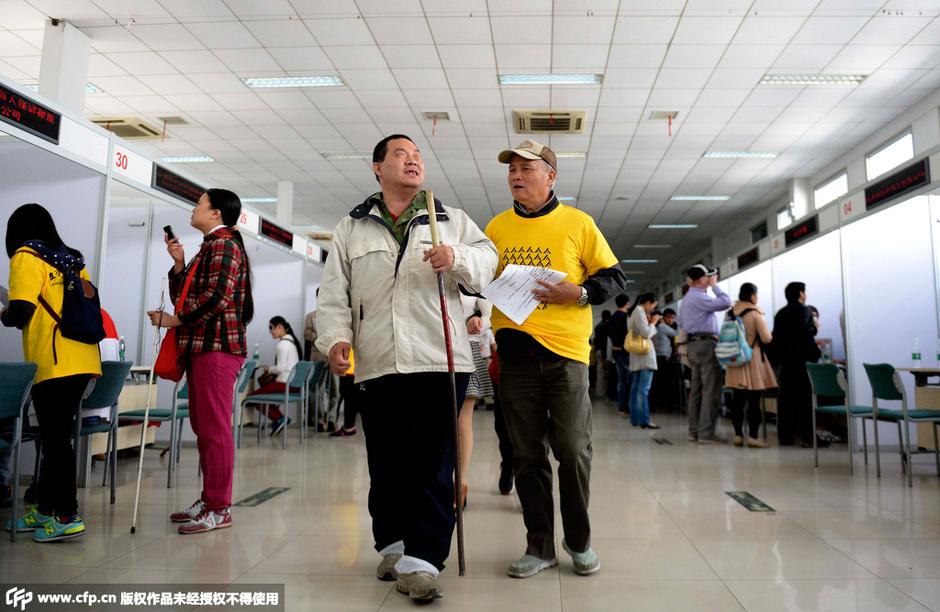 北京首届盲人专场招聘会举行 薪酬最高达1万元