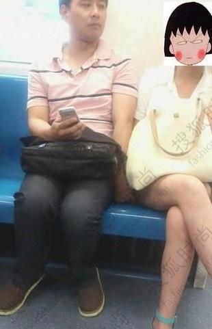 女子地铁上抽猥琐男_成都地铁上有一美女遭猥琐男咸猪手用手触碰大腿,女子一个劲地往边上