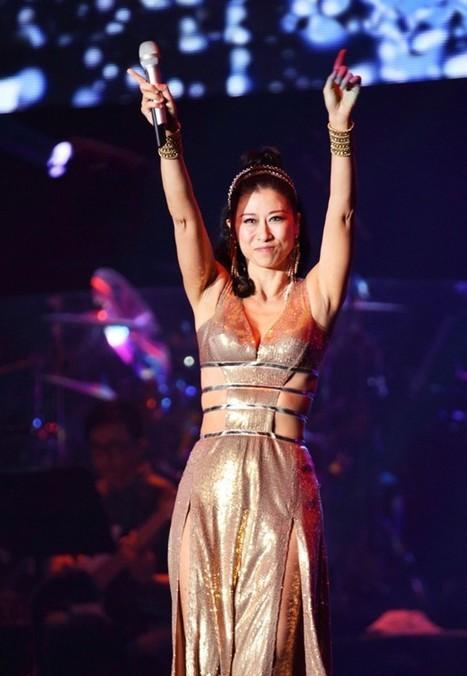52岁叶倩文着大尺度深v绑带裙卖力献唱; 52岁叶倩文演唱会大尺度歌舞图片