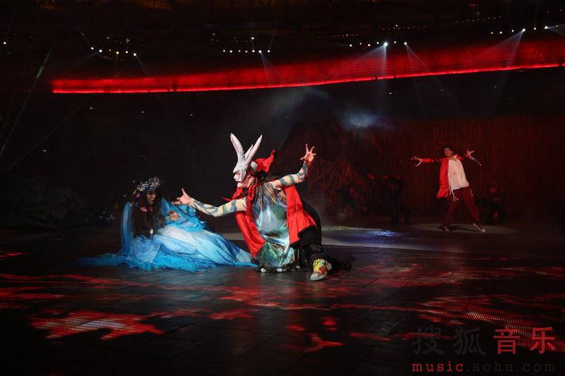 搜狐娱乐讯(肖旋/文)全球奥运会主体育场首个大型视听驻场秀《鸟巢吸引》,于9月13日将迎来第三个演出季,这也是历时三年的珍藏版演出。9月10日,2014《鸟巢吸引》率先以教师节专场揭开演出的帷幕。当晚,《鸟巢吸引》主办方特别邀请了11000名活跃在北京教学一线的教育明星们,提前体验到升级版的《鸟巢吸引》,让他们体验了一场超级视听盛宴。据了解,本季演出在延续大气磅礴、壮观绚丽的震撼基调的基础上,通过创新和提升,对剧情呈现、舞美视觉、音乐声效、演员表演等多个方面都做出了更加精细的雕琢,在主创人员的共同努力下