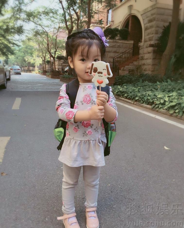 阿拉蕾亲生爸爸近照曝光 盘点崔雅涵可爱生活照