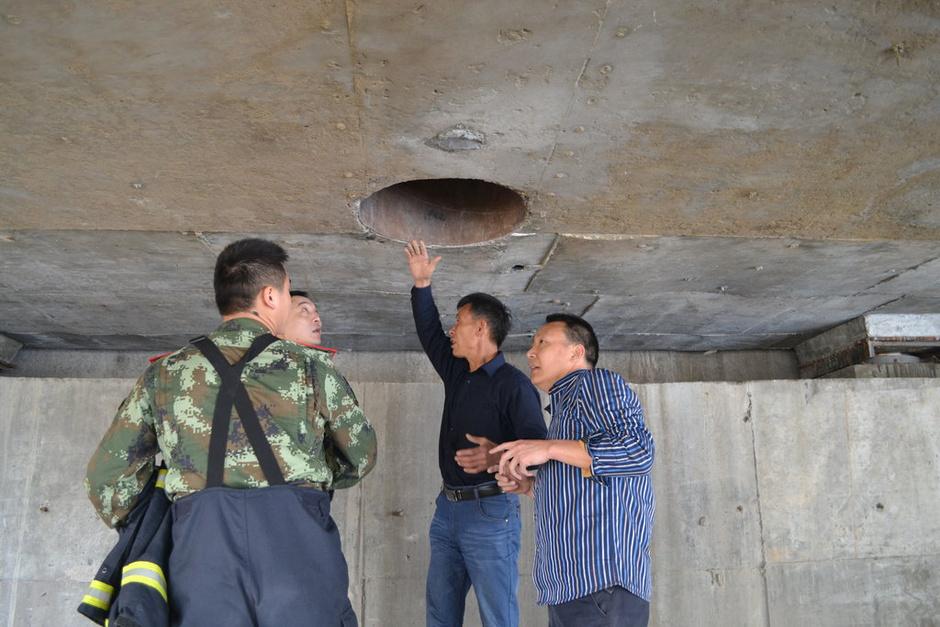 男生在隧道蹲着 黑白头像