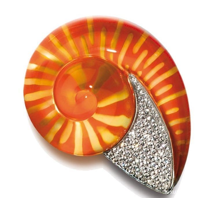 面料设计师Raoul Dufy在20世纪20年代就曾将贝壳造型运用到他的设计当中,他将贝壳及其他海洋动物印在了奢华的丝质面料上。后来这一灵感也同样影响到了高级珠宝设计领域,可爱的贝壳纷纷穿上了奢华璀璨、五颜六色的宝石或贵金属,化身为点亮人们造型的点点星光。炎炎夏日,有什么能比极具海洋风的配饰更能给你沁凉舒爽的感受呢?图为Vhernier珠宝。