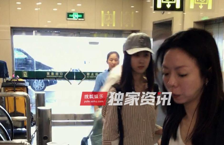 独家:陈都灵清秀装扮现身机场 行李自理显独立
