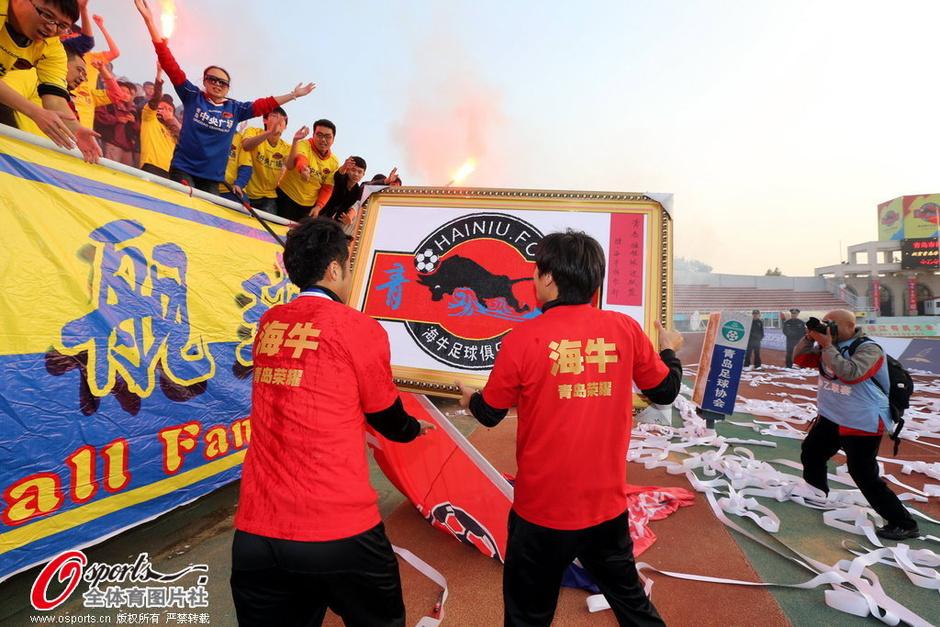 高清:海牛中乙夺冠成青岛荣耀 宿茂臻捧杯欢庆