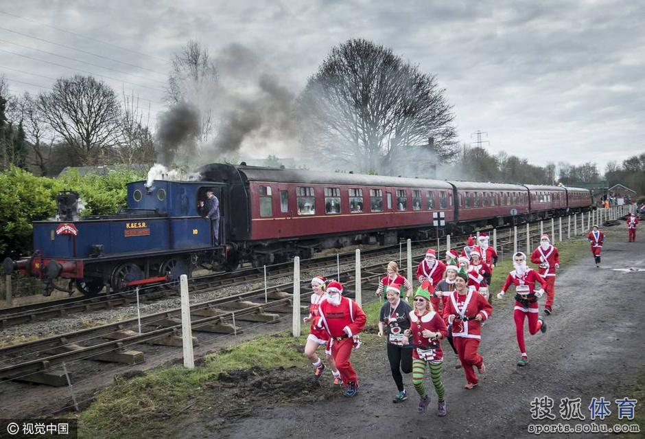 英国马拉松1人完赛_图:比蒸汽机车还快?英国小镇举行圣诞老人跑-体育图片库-大 ...