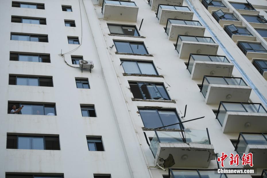 昆明一小区5户人家阳台掉落 - 张庆瑞65 - 百纳袈裟