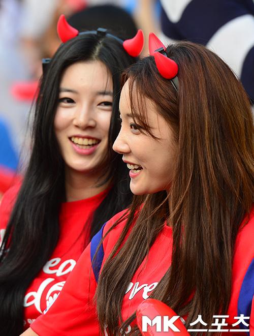 高清图:两地韩国球迷紧张看球 美女遗憾嘟嘟嘴