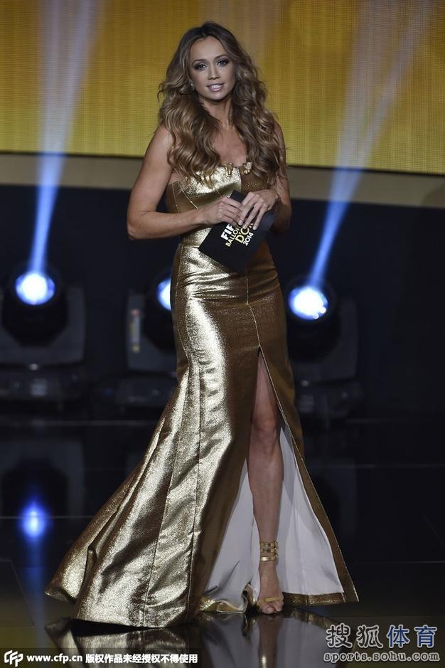 高清图:美女主播黄金盛装惊艳 梅西遭调侃傻笑