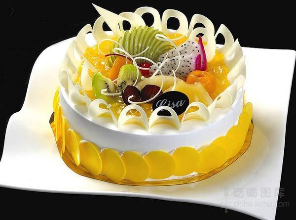 在蛋糕表面裱出不同的动物造型