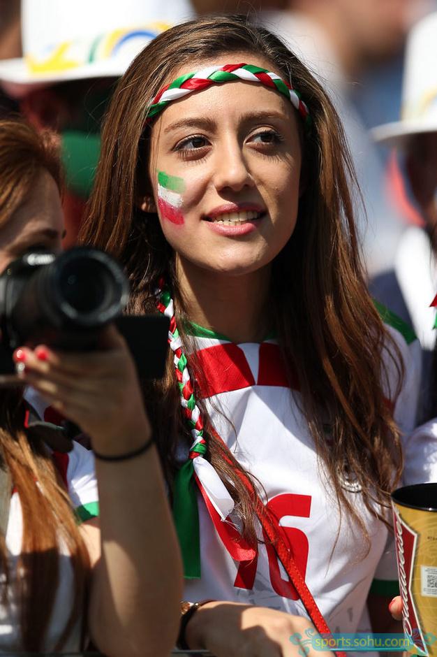 前方图:伊朗美女球迷助威团抢眼 球星面具搞笑