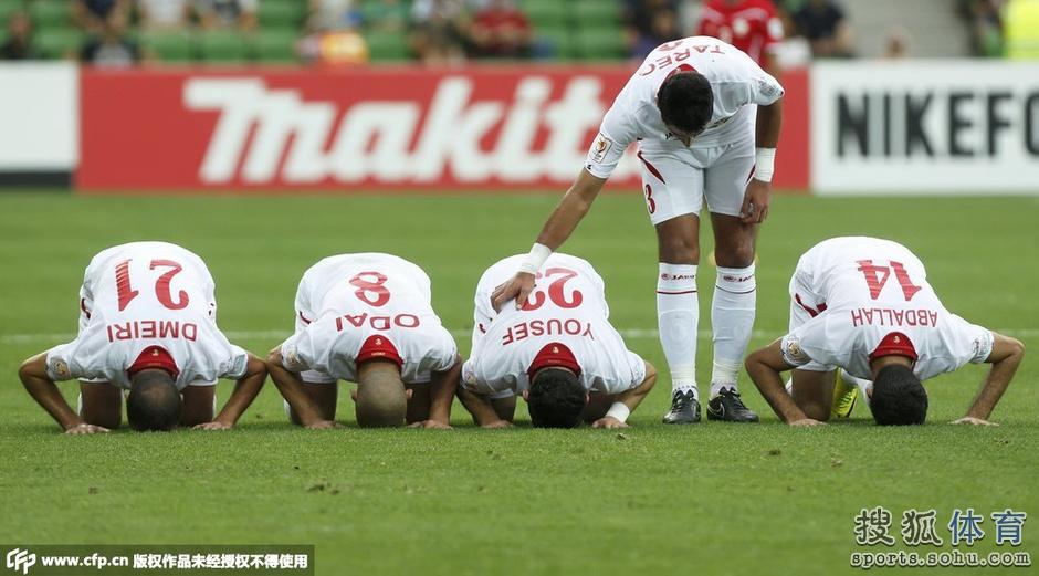 亚洲杯16日十佳图:约旦叩谢球迷 冈崎险遭爆头
