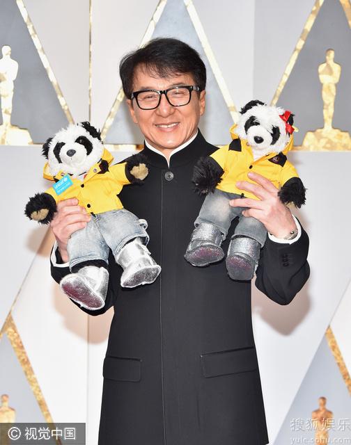 成龙亮相奥斯卡红毯 着中山装手抱熊猫萌萌哒(图)