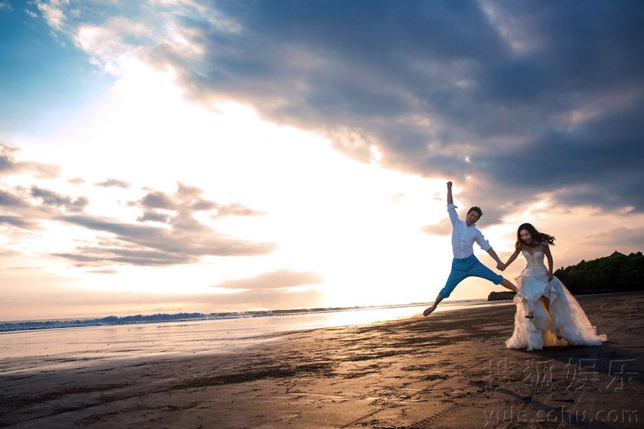 巴厘岛海边绿地上,身着白色婚纱的陶昕然优雅躺地,颈部线条优美