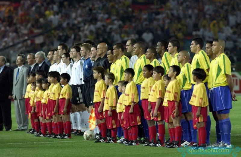 巴西与德国在世界杯上仅交锋过一次,2002年的世界杯上,巴西队凭借图片