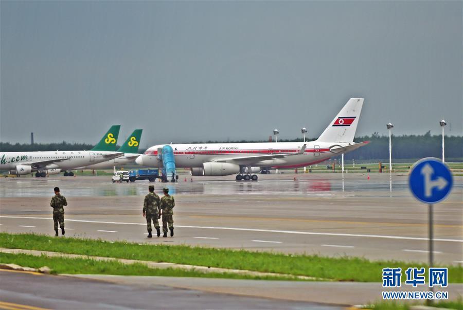 据沈阳桃仙机场消息:7月22日早8时许接空管通知,朝鲜高丽航空公司JS151(平壤-北京)因机组通报客舱冒烟,需备降沈阳。8:50,航班平安降落,未发现异常情况,机上60名旅客、15名机组成员均安全。飞机已于10时左右起航。图为拍摄的临时备降在沈阳桃仙机场的朝鲜高丽航空飞机(右)。 图:新华网 齐鲁网 文:新华网 新京报