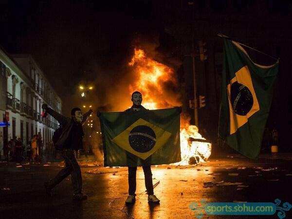 巴西被德国狂虐爆发骚乱 球迷怒烧国旗