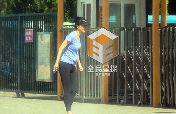 王菲同友人公园散步 身材纤细气色好
