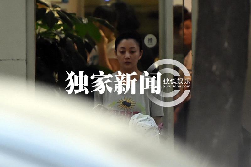 高清:李金羽女友殷桃素颜逛街 平价店内淘衣服