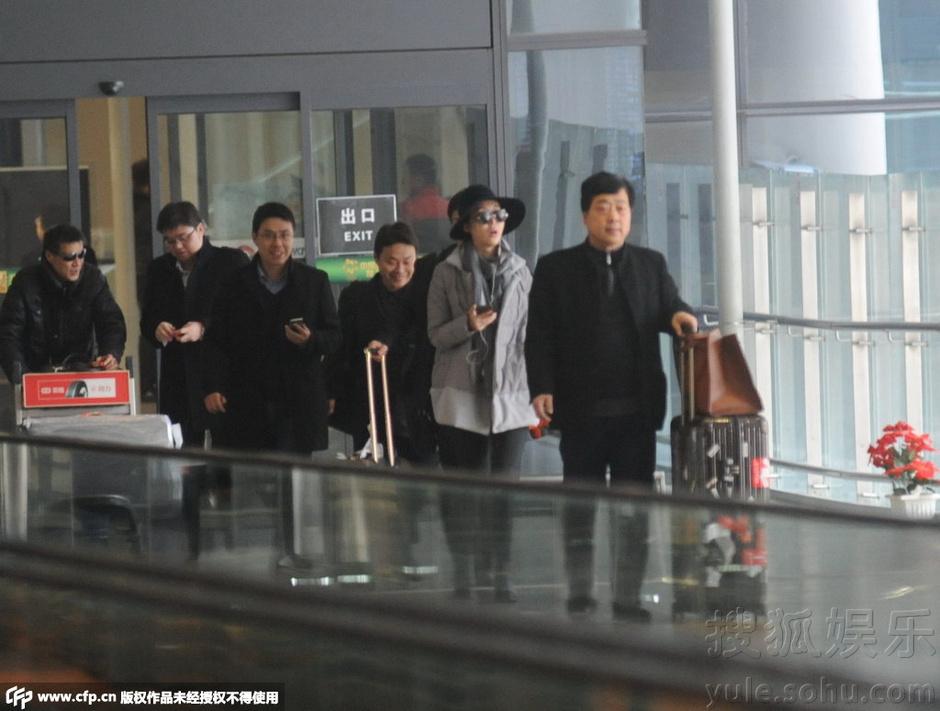 当天自己推着行李箱走出机场的田朴珺见到司机接机